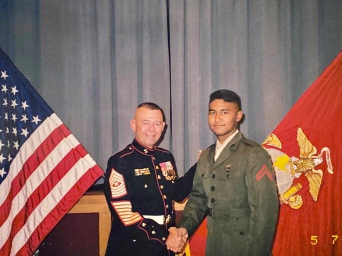 Semoir shaking hands with is commander
